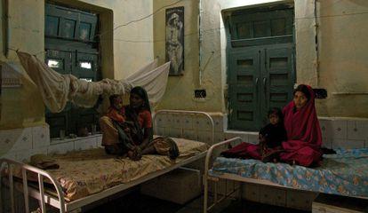 Mulheres em centro de reabilitação nutricional no distrito de Shivpuri, Madhya Pradesh.