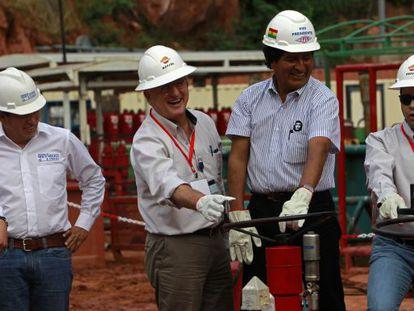 O presidente da Bolívia, Evo Morales e o da Repsol, Antonio Brufau.