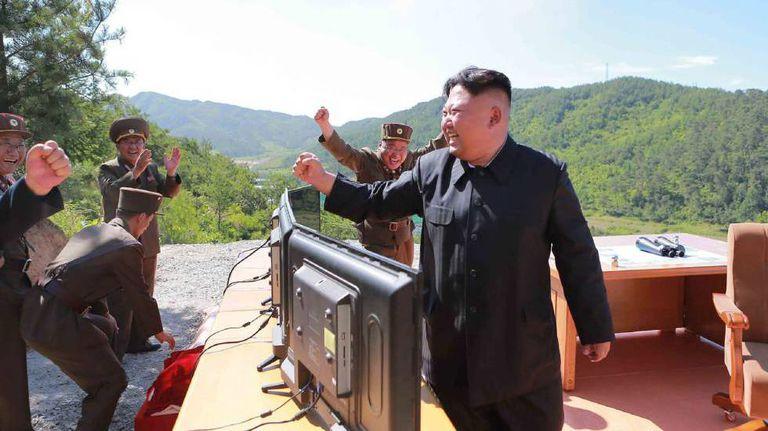 Kim Jong-un celebra o lançamento do míssil Hwasong-14.