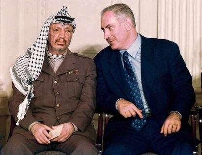 Benjamin Netanyahu com o líder palestino Yasser Arafat na Casa Branca em 1996.