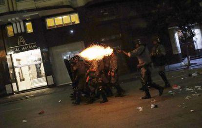 Policiais disparam bombas na manifestação de sexta.