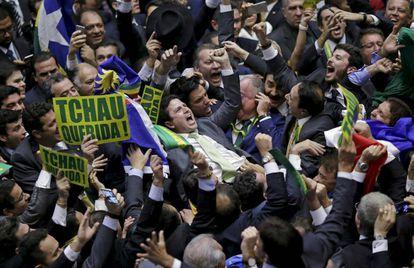 Deputado Bruno Araujo, responsável pelo voto definitivo, comemora na Câmara.