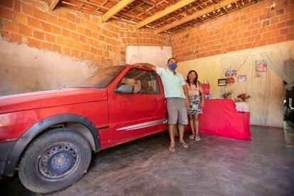 O agricultor Francimar de Lima e a esposa Maria Jocimar da Silva, com o carro que agora só roda em emergência pela alta da gasolina.