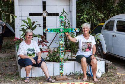 As missionárias Jane Dwyer (à esquerda) e Katia Webster diante do túmulo de Dorothy Stang. Ao lado, o famoso fusca da freira assassinada