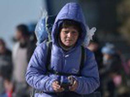 ONGs na Grécia entregam telefones celulares para tentar proteger, à distância, os milhares de menores que cruzam para os Bálcãs