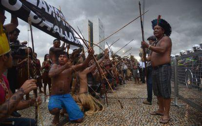 Indígenas protestam em Brasília contra a PEC 215.