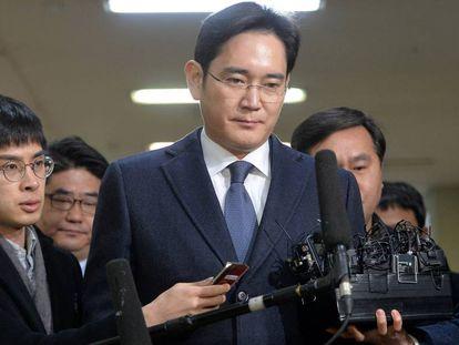 Lee Jae-yong, herdeiro da Samsung, um dia antes de sua prisão, em Seul, na quinta-feira, cercado de jornalistas.