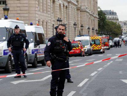Policiais isolam a sede a polícia em Paris, após um homem atacar os colegas com uma faca, nesta quinta-feira.