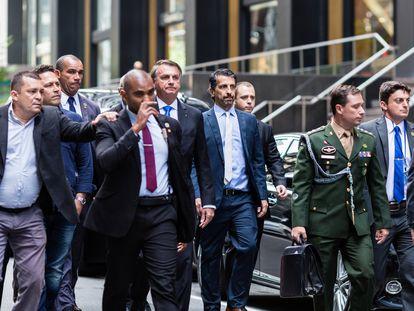 O presidente Jair Bolsonaro caminha com comitiva em Nova York, onde discursará nesta terça na Assembleia Geral da ONU.