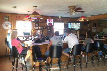 O bar Floyd's Place, na localidade vizinha de Fayetteville, é o lugar mais perto de Lynchburg onde se pode beber.