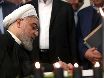 O presidente do Irã, Hasan Rohani, assina livro com nome das vítimas de queda de avião abatido elas Forças Armadas iranianas, em foto de divulgação desta quarta.