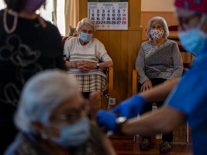 Fernando Simón, principal autoridade espanhola para o combate à pandemia, sugere que o Governo reservará a vacina da AstraZeneca para pessoas com menos de 65 anos.