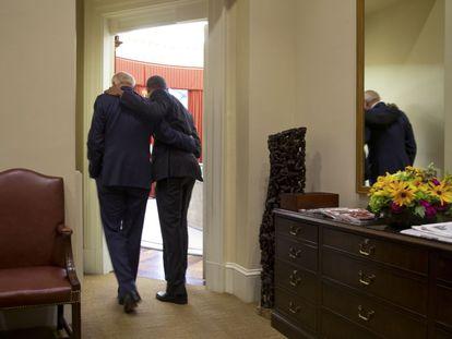 Obama e Joe Biden entram no Salão Oval.