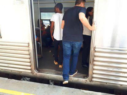 assageiros entram no trem no ramal Belford Roxo.