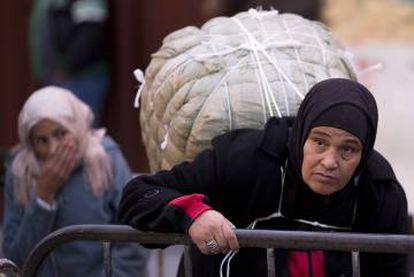 Mulher carregadora, antes de cruzar a fronteira de Ceuta com o Marrocos