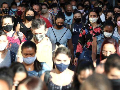 Multidão desembarca de trem em São Paulo, cidade mais afetada pela pandemia de coronavírus no Brasil, em janeiro deste ano.