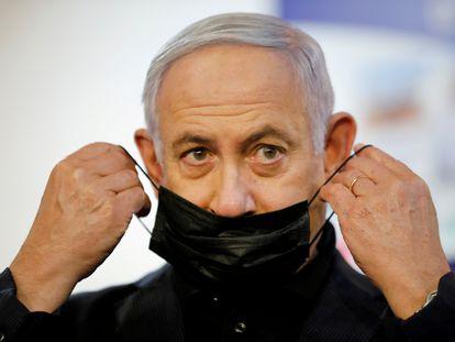 O primeiro-ministro israelense, Benjamin Netanyahu, após ser vacinado contra a covid em um hospital de Ramat Gan, em 19 de dezembro.