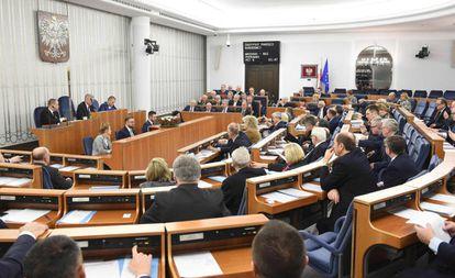 Senadores poloneses na sessão sobre a lei que se refere aos campos nazistas nesta quinta-feira