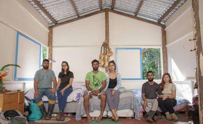 Marcos, Daiane, Edmilson, Karina, Héber e Vanessa, em uma das casas que construíram na Jureia.