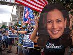 USA5332. MIAMI (ESTADOS UNIDOS), 07/11/2020.- Una persona usa una gran máscara de la electa viceperesidenta Kamala Harris durante la celebración de decenas de miembros de la comunidad hispana en Miami de la victoria del demócrata Joe Biden como el 46° presidente de los Estados Unidos hoy, en una concentración frente a la emblemática Torre de la Libertad, en el centro de Miami, Florida (EE.UU.). Hispanos del sur de Florida se congregaron este sábado en Miami para festejar a ritmo de salsa el triunfo del candidato Biden, después de varios días de angustia tras saber que su estado le había dado al presidente Donald Trump sus valiosos 29 votos en el Colegio Electoral. EFE/ Giorgio Viera