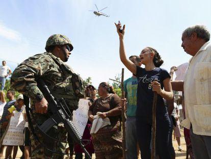 Uma mulher discute com um militar durante protesto pela libertação de Mireles.