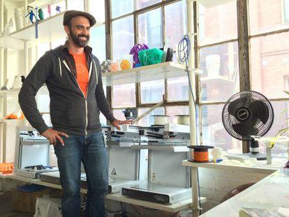 Miloh Alexander no escritório da Type A Machines.