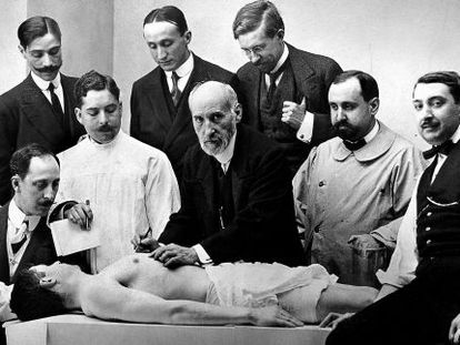 Classe de anatomia de Santiago Ramón y Cajal (no centro) em 1915.