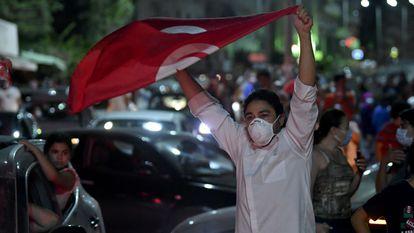 Os tunisianos saem às ruas para comemorar o anúncio do presidente Kaïs Saied de dissolver o Parlamento e demitir o primeiro-ministro Hichem Mechichi. Em vídeo, protestos em Túnis contra o Governo.