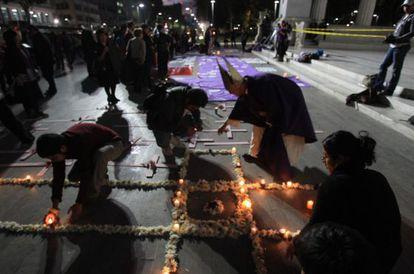 """Ativistas acendem velas em Ciudad Juárez no ato """"Luzes por uma Vida Livre de Violência""""."""