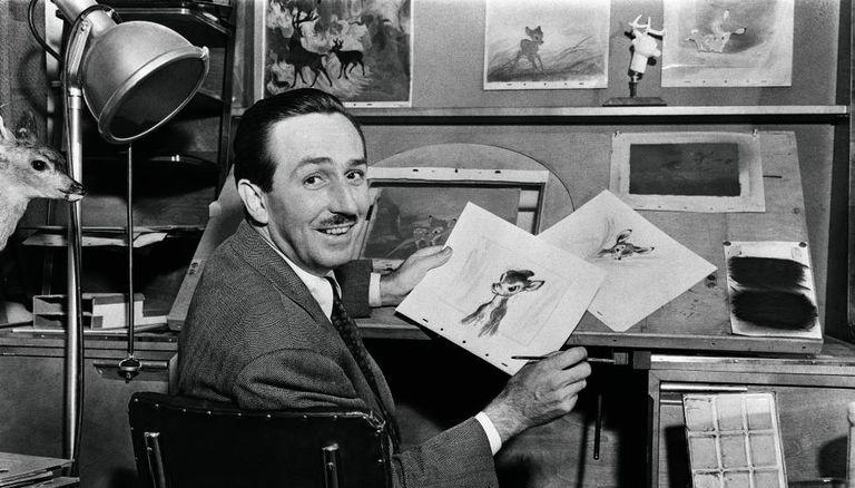 Walt Disney com desenhos durante a produção de 'Bambi'.