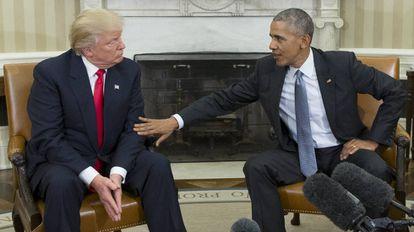 O ex-presidente dos EUA, Barack Obama, ao lado do atual governante, Donald Trump, na Casa Branca, Washington.