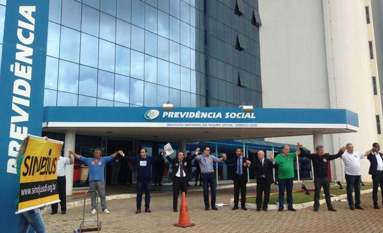 """Manifestantes fizeram, nesta semana, """"abraçaço"""" ao prédio da Previdência Social contra reforma no setor."""