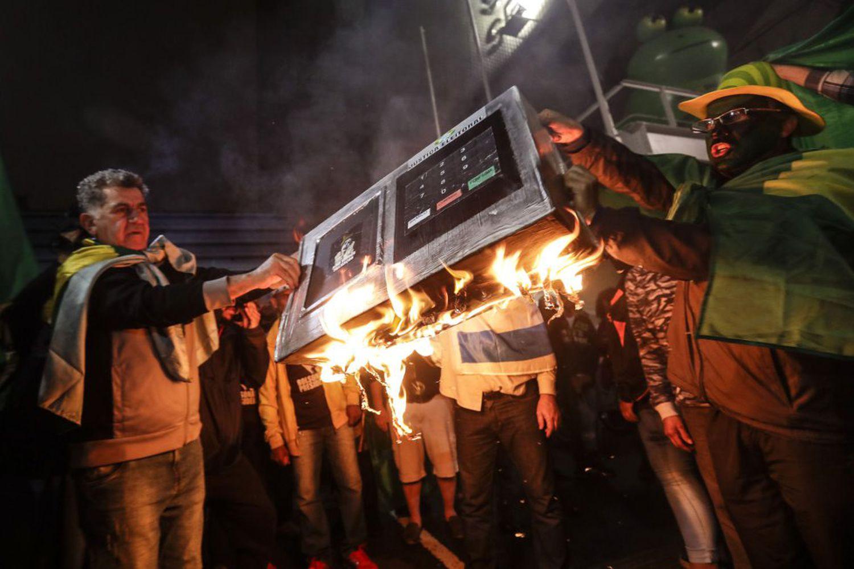 Militantes bolsonaristas simulam queima de urna eletrônica em protesto na avenida Paulista, em outubro de 2018.