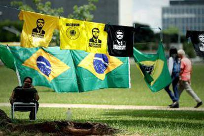 Venda de camisetas com a imagem de Bolsonaro.