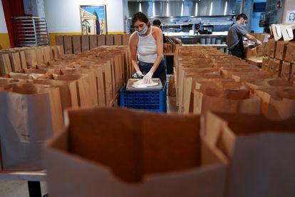 Funcionários da Forza Storico organizam refeições para os profissionais de saúde dias antes da reabertura gradual de empresas e restaurantes em Atlanta, na Geórgia.