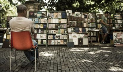 Banca de livros na Praça de Armas, Havana.