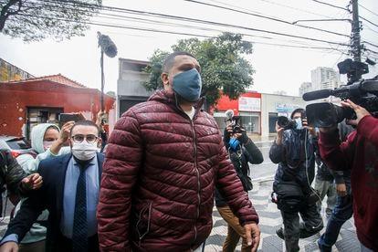 Paulo Lima, conhecido como Galo, dos Entregadores Antifascistas, comparece voluntáriamente ao 11 º DP para prestar depoimento.