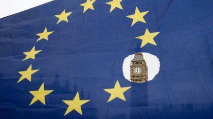 O Big Ben observa-se através de uma bandeira europeia furada.