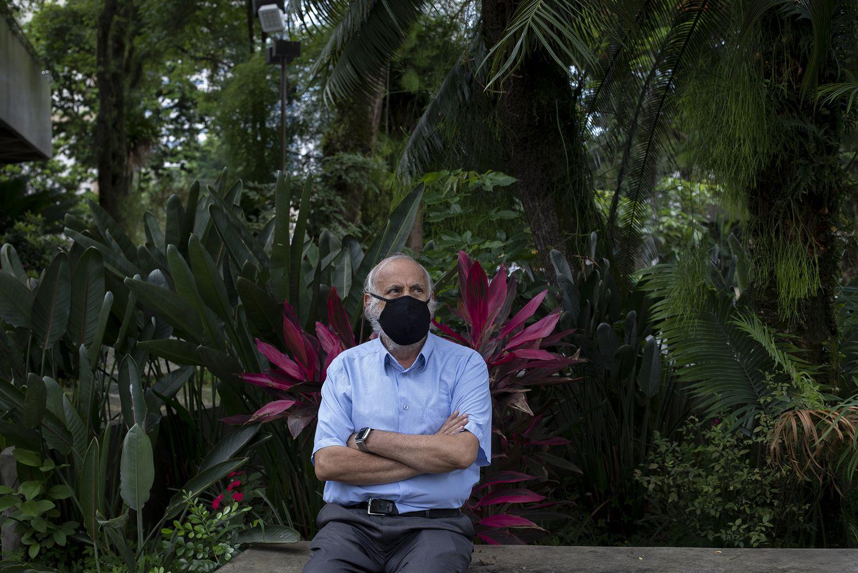 O médico epidemiologista José Cássio de Moraes em sua casa, em Santos, litoral de São Paulo.