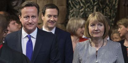 David Cameron con a líder trabalhista Harriet Harman e, no segundo plano, George Osborne, o ministro das Finanças.