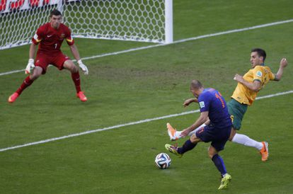 Robben dispara para marcar o primeiro gol da Holanda.