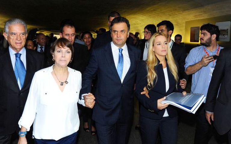 Aécio com as esposas de López e Ledezma durante visita das duas ao parlamento brasileiro, em maio.