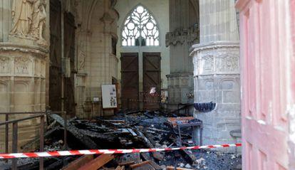 Bombeiros na catedral de Nantes.