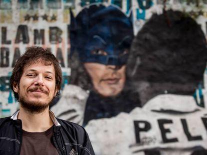 O artista Luis Bueno, criador da série 'Pelé Beijoqueiro'.