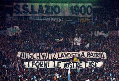 Um cartaz em 1998 em uma partida da Lazio contra a Roma