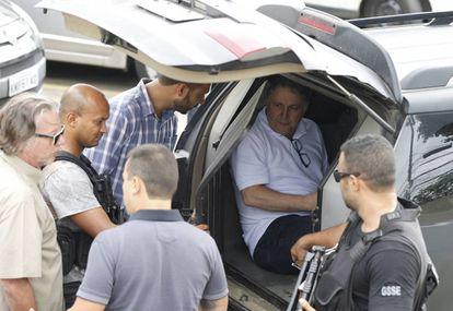 Garotinho saindo da delegacia, após prestar depoimento sobre possível agressão sofrida na prisão.
