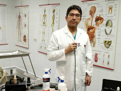 Javier Chávez, maquiador de defuntos, posa no velório de Getafe.