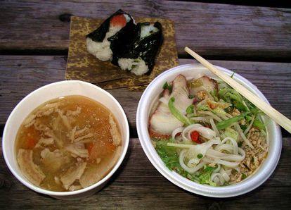 Sopa de macarrão vietnamita, bolinhos de arroz recheados com verduras e sopa de porco.