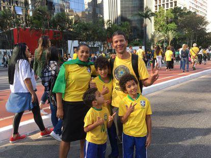 O artista plástico Hilston Oliveira e sua família.