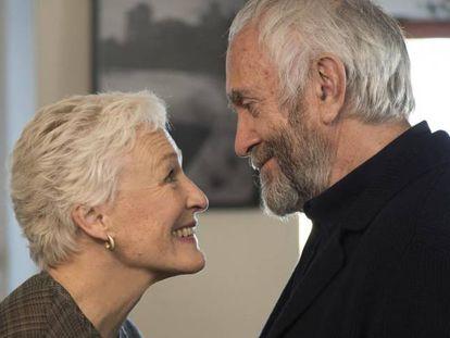 Helen MIrren e Jonathan Pryce em 'The Wife'
